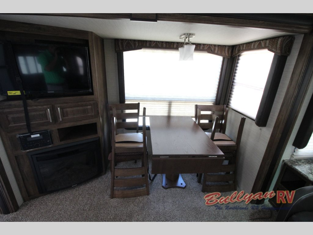 Keystone Cougar XLite 28SGS Fifth Wheel Fireplace