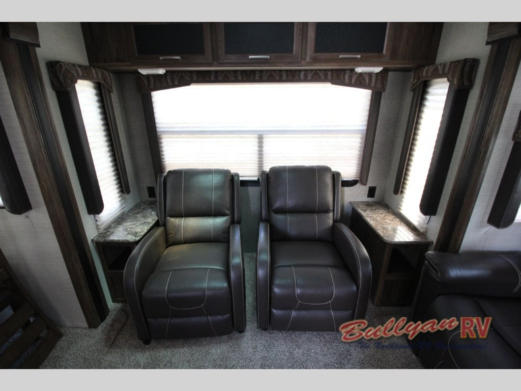 Keystone Cougar XLite 28SGS Fifth Wheel Seating